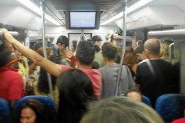 Interior de un vagón en hora punta