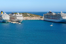Tres grandes cruceros en Ibiza