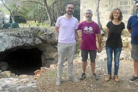 Trabajos de adecuación del yacimiento arqueológico de Sa Cova del Camp del Bisbe fotos: LOLA OLMO