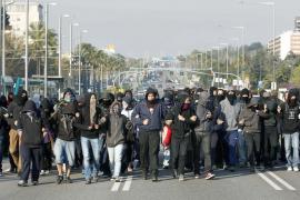 UNOS DOSCIENTOS ESTUDIANTES UNIVERSITARIOS BLOQUEAN LA AVENIDA DIAGONAL DE BARCELONA
