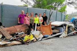Un grupo de vecinos se encarga de la limpieza de una zona de Cala Vedella
