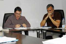 Pons (izquierda) anunció en el pleno de anoche su renuncia . Torrens (derecha) está a las puertas de ser alcalde.
