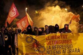 Manifestantes se concentran ante el cuartel de la Guardia Civil en Girona