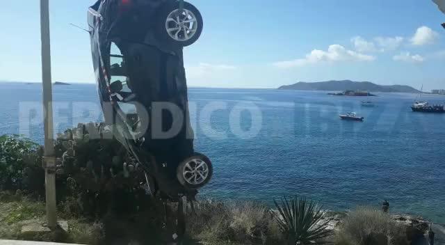 Extraen un coche que se precipitó por un acantilado en Ibiza