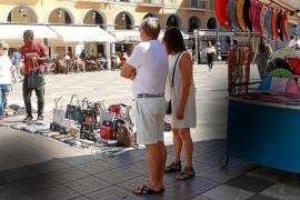 Los artesanos conviven con los vendedores ilegales en la Plaça Major de Palma