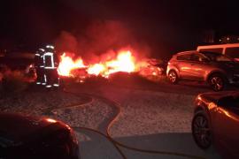 Un pavoroso incendio calcina tres vehículos en Sant Antoni