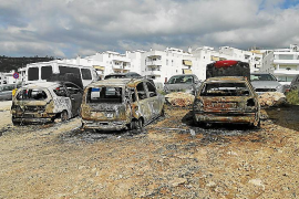 Un espectacular incendio calcina tres coches en un aparcamiento de Sant Antoni