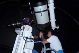 El Observatorio de Puig des Molins reúne a 300 personas para contemplar la luna