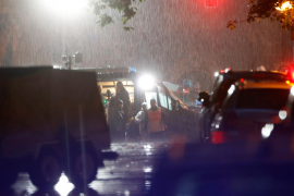 Agentes de la policía científica trabajando en el lugar del atentado