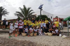 Alrededor de 100 voluntarios limpian la playa de Talamanca