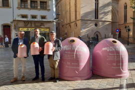 El alcalde de Palma, José Hila, el presidente de Emaya, Ramon Perpinya, y el gerente de Ecovidrio, Roberto Fuentes, en la presentación de la campaña 'Recicla vidrio'
