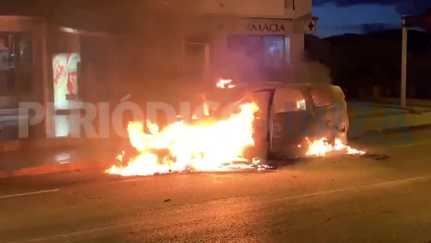 Las llamas arrasan un taxi en el centro de Sant Miquel