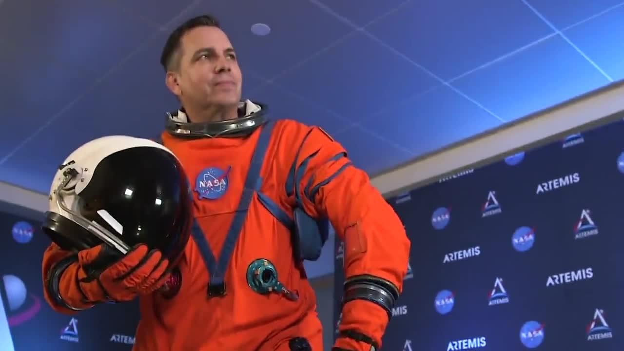 La NASA presenta sus nuevos trajes espaciales para volver a la Luna