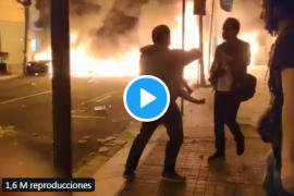 Un padre huye con su bebé en brazos ante el fuego de las protestas