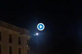 Un helicóptero policial recibe al menos cinco lanzamientos de pirotecnia