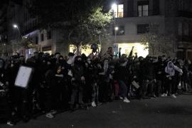 Los ultras han lanzado botellas al cordón policial