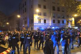 Los Mossos disipan a los manifestantes del paseo de Gracia tras la cuarta noche de disturbios en Barcelona