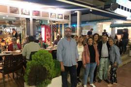 El candidato del PSOE al Senado, Cosme Bonet, reunido con militantes socialistas