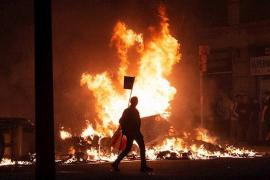 Graves enfrentamientos en la quinta noche de protestas en Barcelona
