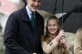 Los reyes y sus hijas visitan el pueblo ejemplar en medio de la lluvia