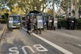 Agentes antidisturbios de la Policía Nacional en la plaza Urquinaona de Barcelona durante una movilización contra la sentencia del proceso independentista