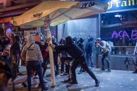 Los últimos manifestantes del centro de Barcelona se dispersan tras la sexta noche de disturbios