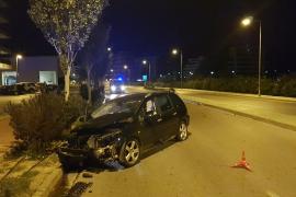 Un conductor ebrio pierde el control de su coche e impacta contra una farola en Ibiza