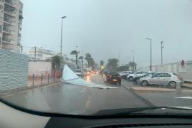 El viento tira una valla de obra en Sant Antoni