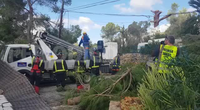 Cerca de un centenar de vecinos continúan sin suministro eléctrico por el tornado