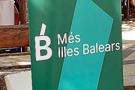 El 'roll up' que Más País utilizó en la Fira Dolça de Esporles y que Més per Mallorca impugnó