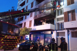Un aparatoso incendio obliga a desalojar un edificio del centro de Ibiza
