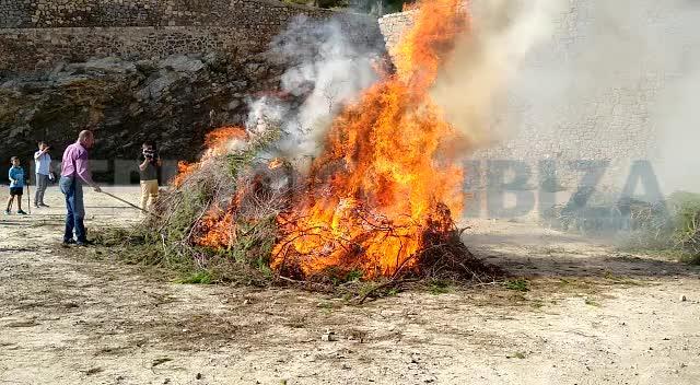 El encendido del 'fogueró' inaugura la última jornada de la Feria de la Sal