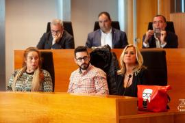 PSOE y Podemos acusan al PP de convertir el Consell de Ibiza en su «agencia de colocación»