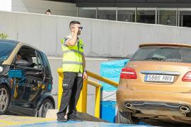 Vigilantes de seguridad en el parquin de Can Misses para que no se haga un uso indebido
