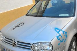 Investigan una oleada de pintadas en coches y fachadas de Dalt Vila