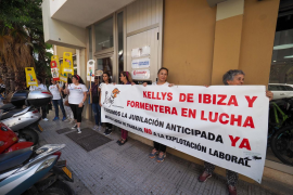 Las 'kellys' reivindican frente a la sede de la patronal hotelera una reducción de su carga laboral