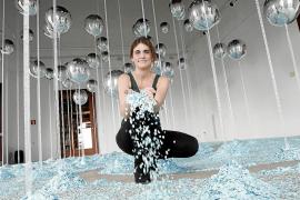 Irene Fernández tira confeti en la instalación de Createctura montada en el Col·legi d'Arquitectes