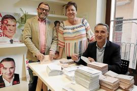 Los candidatos del PSOE al Congreso y al Senado ensobrando papeletas electorales