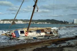 Tres veleros aparecen varados en Ibiza