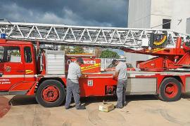 Alumnos realizando el mantenimiento de un camión de bomberos en Palma