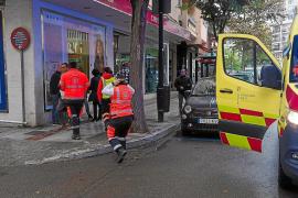 Un conductor golpea una señal, la tumba y le cae a una viandante en la cabeza