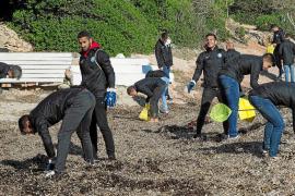 Una jornada de eliminación de microplásticos en s'Estanyol