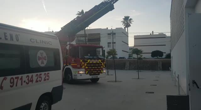 Los bomberos rescatan a un niño que había trepado a la cubierta de un pabellón