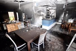 Un vecino de Sant Antoni fallece en el incendio de un céntrico hostal