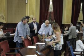 La socialista Francia Armengol habla con sus socios de Més en el Parlament