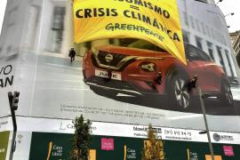 Greenpeace despliega una pancarta en Madrid contra la «fiesta del consumismo»