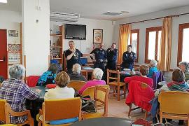 Policías informando a los vecinos de Capdepera