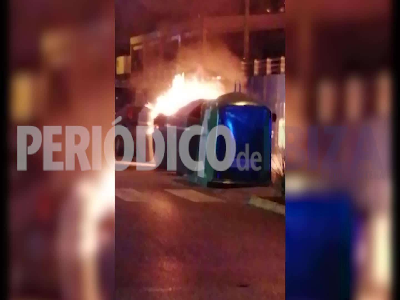 Sobresalto en Ibiza por el incendio de varios contenedores junto al Mercat Nou