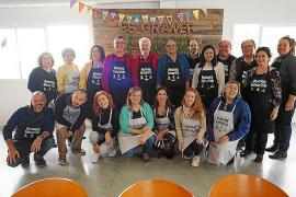 Empresarios y jóvenes emprendedores cocinan juntos en un taller de 'mentoring'