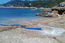 Sant Antoni comienza los trabajos de reposición de arena de Cala Salada